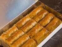 Bruin brood op bruin dienblad