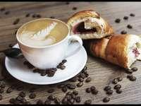 Koffie met een croissant