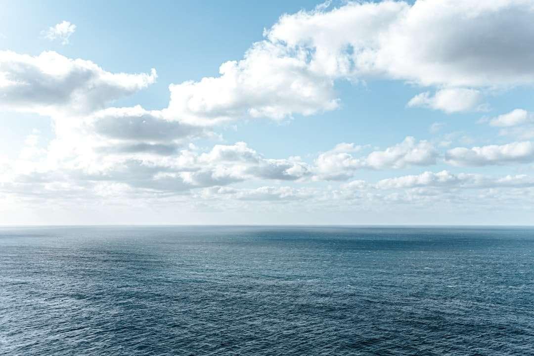 Blue Ocean sotto il cielo nuvoloso blu e bianco durante il giorno