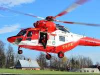 Záchranný vrtulník v horách