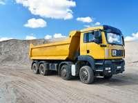 Le camion transporte du sable