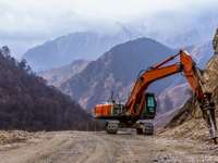 Excavatorul zdrobește pietre