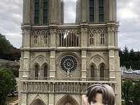 Hasebe devant  Notre-Dame de Paris