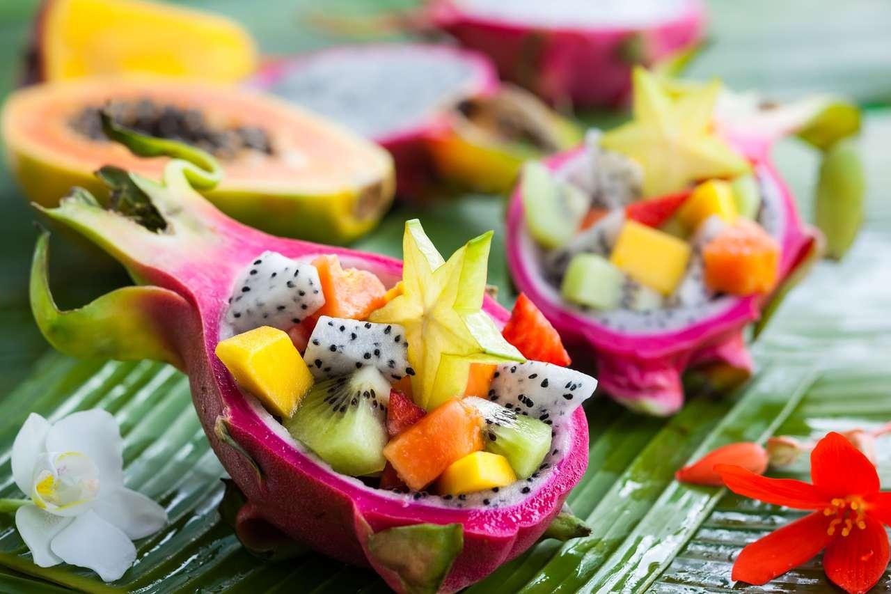 Salada de frutas exóticas servido em meia fruta de dragão