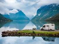 Семеен ваканционен пътуващ в Алпите