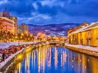 Japanische Kanäle während der Winterbeleuchtung