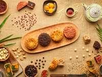 Houten dienblad met mooie gesneden maancakes