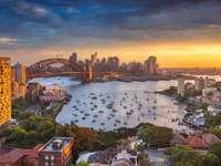 Sydney. Cityscape beeld van Sydney, Australië met havenbrug en Sydney skyline tijdens zonsondergang.