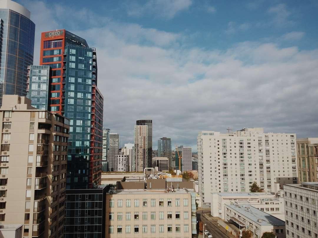 Cielo nuvoloso bianco e blu sulla città