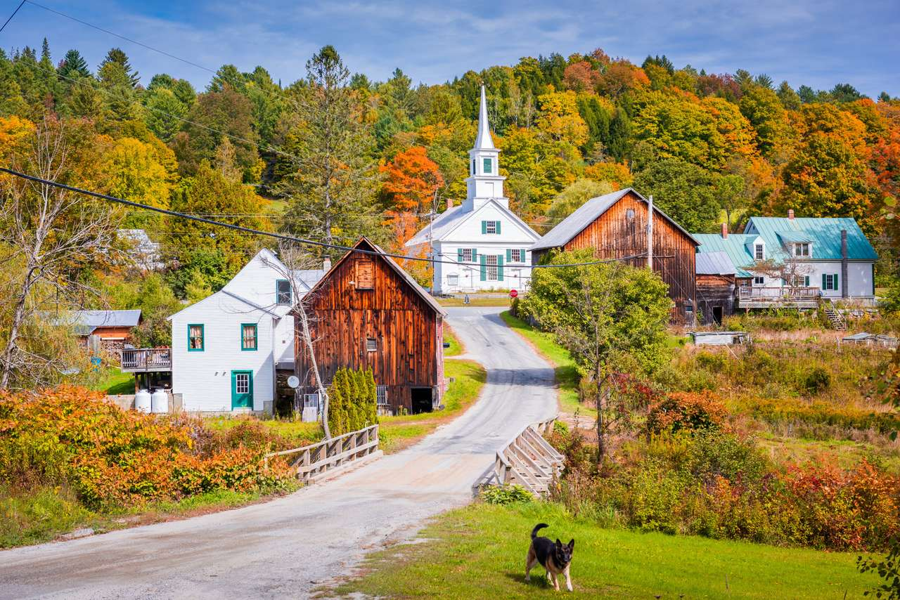 Várja a River Village, Vermont, az USA őszi lombokkal.
