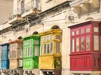 Vista vintage de varandas típicas de edifícios em La Valletta - viagens coloridas em Malta na estrada - apareceu versão filtrada
