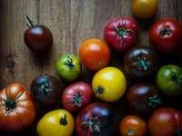 асортирани цветни домати на кафявата дървена повърхност