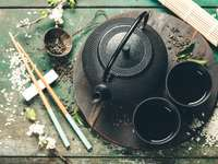 Chiński zestaw herbaty i pałeczki na rustykalnym drewnianym stole