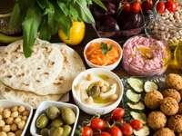 Wegański posiłek - Hummus i Falafel z warzywami i chlebem pita