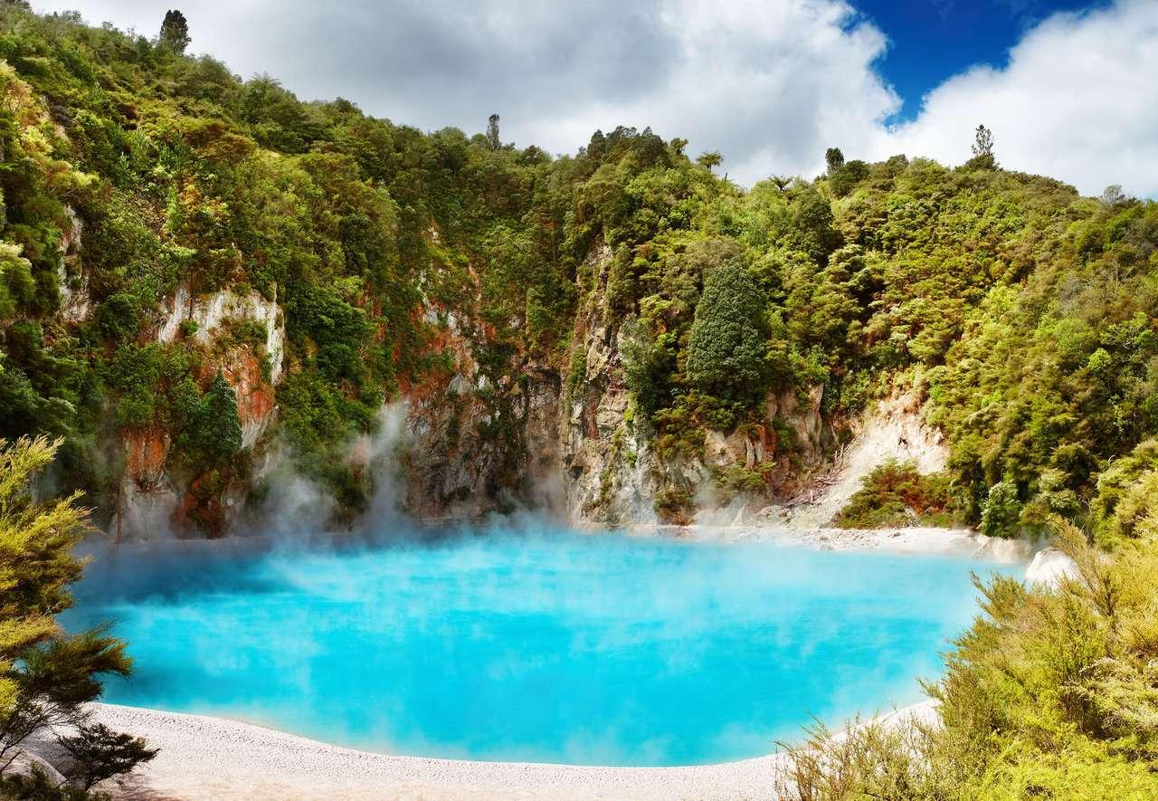 Inferno Crater Lake in de vulkanische vallei van Waimangu
