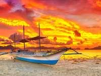 Tradycyjna filipińska łódź bangka o zachodzie słońca