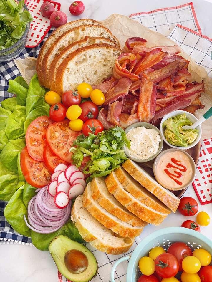 Kanapki z bekonem, sałatą i pomidorami