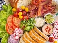 Sándwiches de tocino, lechuga y tomate