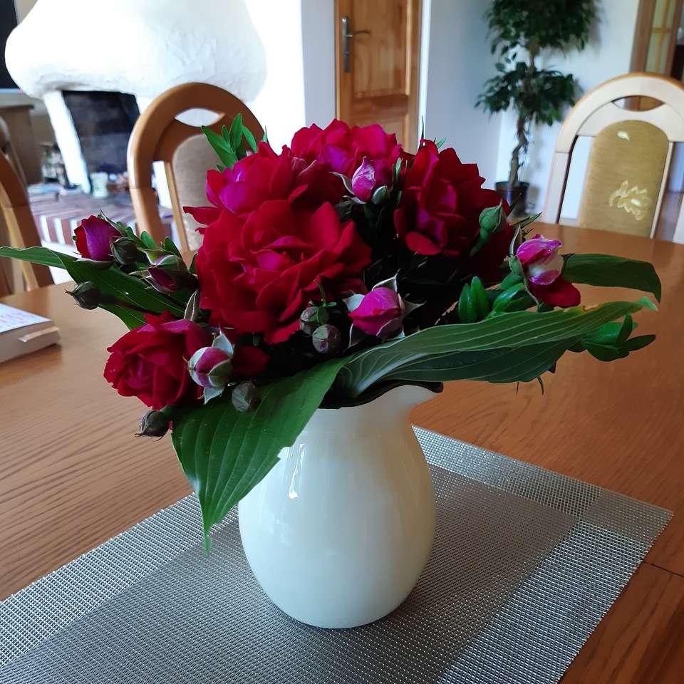 roter Strauß in einer weißen Vase Online-Puzzle