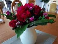 bouquet rosso in un vaso bianco
