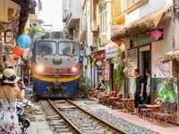 Pociąg przejeżdżający przez wąską uliczkę