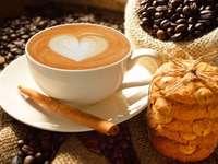 Latte Kaffee mit Keksen