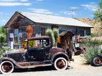 Auto d'epoca americana alla vecchia stazione di servizio puzzle