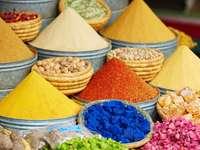 Tradiční marocký trh (souk) v Marrákeši puzzle
