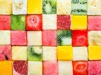 Barevné tropické čerstvé ovoce nakrájené na kostičky online puzzle